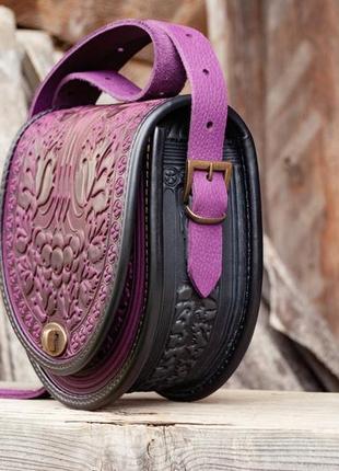 Сумка кожаная женская фиолетовая через плечо с орнаментом тиснение бохо стиль
