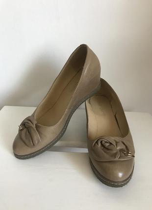 Світло-коричневі шкіряні туфлі