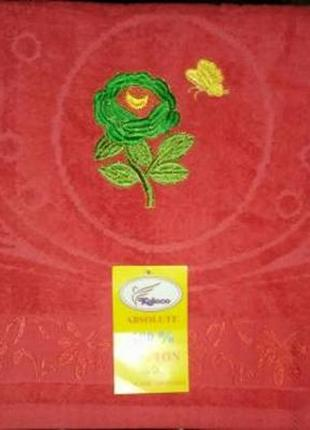 Новое красное махровое полотенце