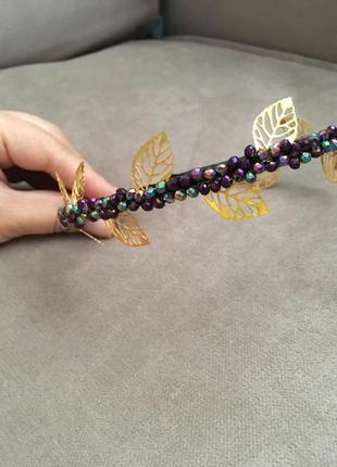 Обруч декорирован камнями и золотыми листиками