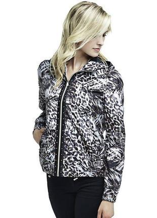 Брендовая куртка ветровка guess. новая с биркой. 100% оригинал. леопардовый принт