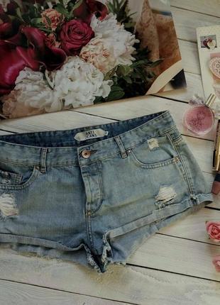 Голубые потертые джинсовые шорты