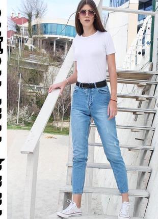 Голубые джинсы мом с завышенной талией и потертостями