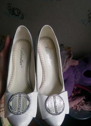 Нарядные белые туфли