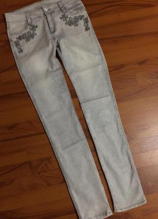 Светло-серые джинсы