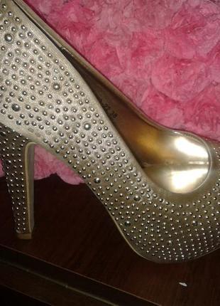 Туфлі золотисті на каблуку