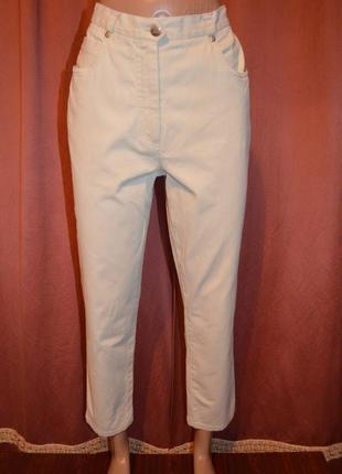 Укороченные светлые джинсы