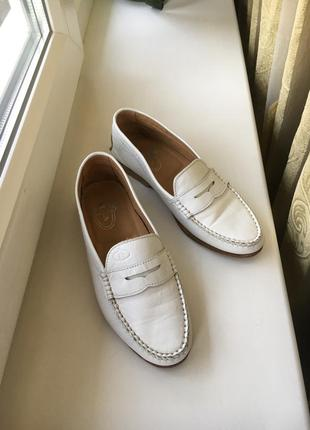 Кожаные белые туфли лоферы на низком каблуке vero cuoio