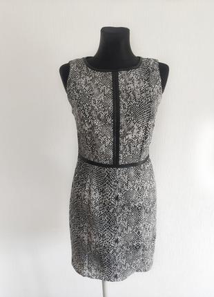 Стильное миди платье футляр в змеиный принт размер м lindex
