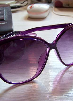 Фиолетовые солнцезащитные очки-стрекозы с дымчатой линзой с легким градиентом