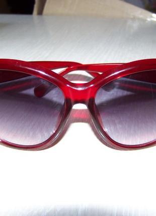 Крупные вишневые солнцезащитные очки с дымчатой линзой с легким градиентом4 фото