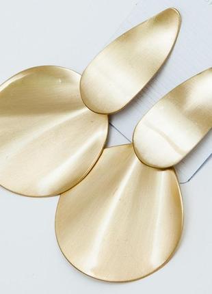 Красивые серьги в золотом цвете