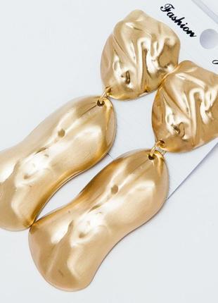 Стильные серьги в золотом цвете