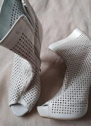 Очень симпатичние ботильйони белого цвета с откритими носочками
