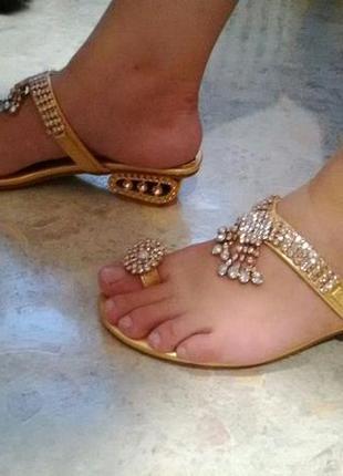 Золотистые босоножки / сандалии / шлепанцы со стразами