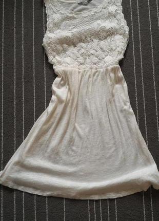 Молочне трикотажне плаття з кружевом