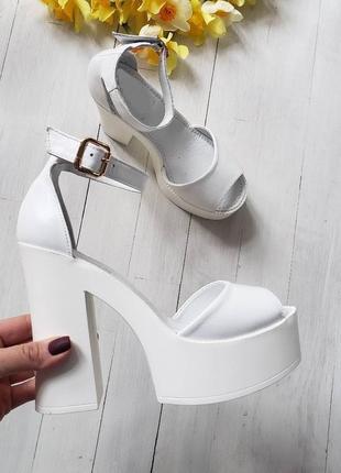Натуральная кожа люксовые стильные белые босоножки с необычным каблуком