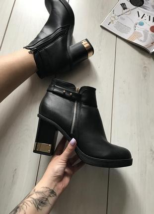 Чёрные ботинки на каблуку