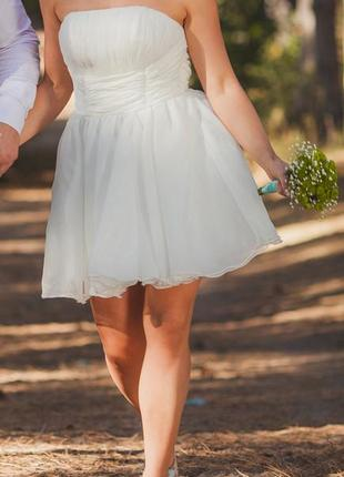 Короткое свадебное платье с открытым верхом