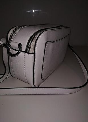 Белая вместительная сумка через плечо кросбоди4