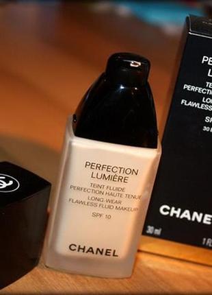 Стойкий тональный флюид сhanel perfection lumiere fluide spf 104