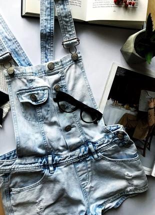 Крутой джинсовый комбинезон с рваностями комбез шорты