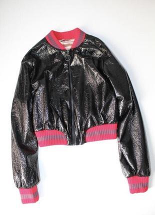 Укороченная лаковая куртка zara. размер s.1