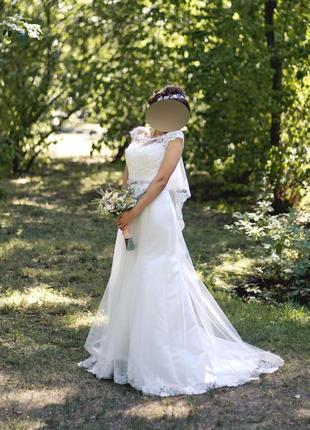 Свадебное платье с кружевом и шлейфом2