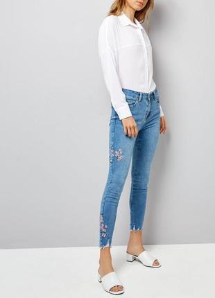 Укороченные джинсы с высокой талией и вышивками1
