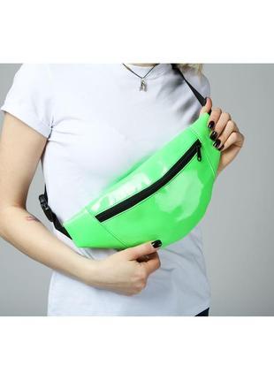 Поясная сумка лаковая зеленая1