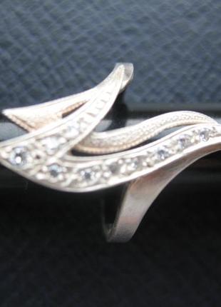 Кольцо серебряное с цирконами.