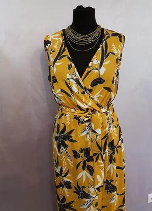 Макси платье на запах с цветочным принтом жёлтого горчичного цвета quiz3