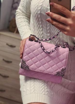 Розовая сумка шанель на цепочке
