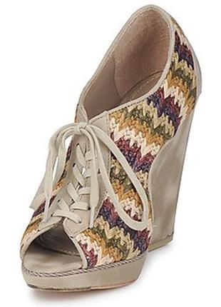 Яркие и стильные туфли на шнуровке  feud