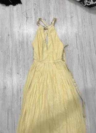Плиссированное платье макси с перекрестной отделкой и бантом на спине tfnc4
