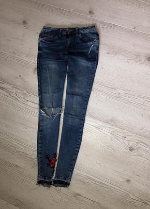 Обалденные штаны джинсы 👖 скинни необработанный край с вышивкой рваные2