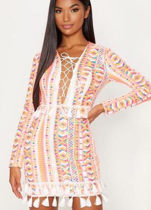 Яркое платье с кисточками в паетки