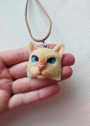 Подвеска котик ручной работы, полимерная глина . кулон на замшевой шнурке кот