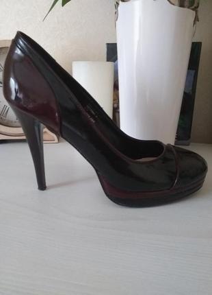 Лакированые туфли на каблуке