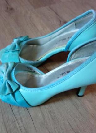 Продам фирменные туфельки на маленьком каблучке