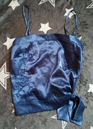 Атласная маечка с вышивкой из бисера и бантом