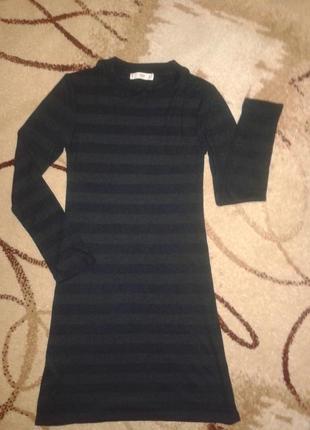 Актуальное фирменное платье в рубчик.