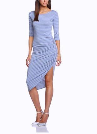 Шикарное длинное платье с асимметричным низом в полоску