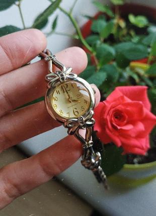 Часы q&q наручные со стрелкой золотые серебряные женские желтые