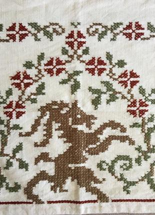 Красивая льняная вышитая крестиком наволочка в традиционном стиле