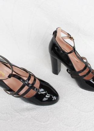 Шикарные туфли 40 размера на устойчивом каблуке
