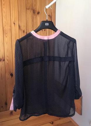 Темно синяя блуза в розовый горошек