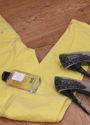 Прямые джинсы желтые