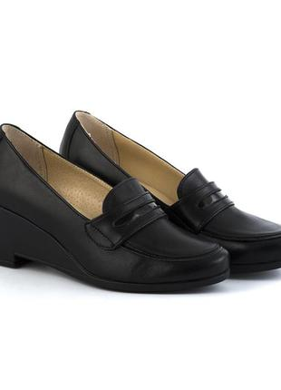Кожаные туфли-лоферы на танкетке