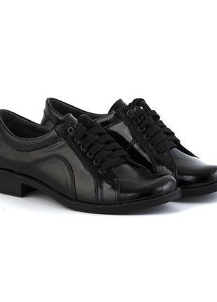 Лаковые туфли черного цвета на низком ходу со шнуровкой